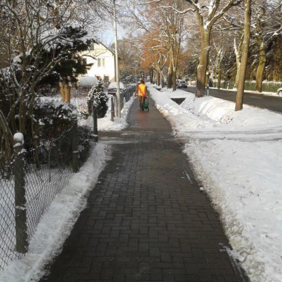 Weg im Winter freigeschaufelt